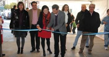 Mariló Cruzado, concejal de Juventud, y Manuel Bueno, alcalde de San Juan, inaugurando la carpa con el resto de concejales.