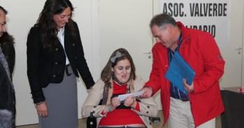 Entrega de la silla ruedas en Valverde a la joven de Cañaveral.
