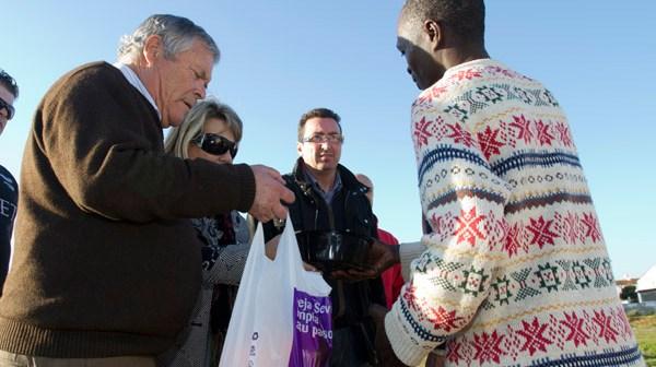 Patrocinio Mora entrega de bolsas de comida a los inmigrantes en la Navidad de 2013. (Julián Pérez)