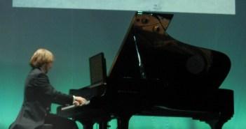 El pianista y compositor onubense Rafael Prado, durante su concierto en Moguer.