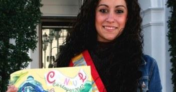 La reina del Carnaval cartayero con el cartel.