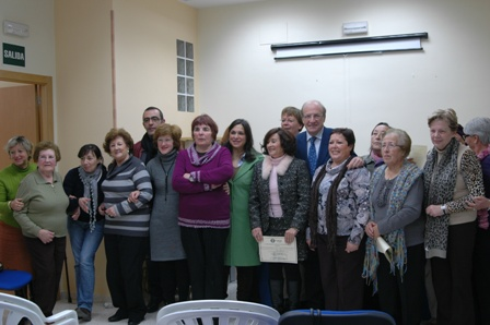 El alcalde, con las personas que han participado en el taller.