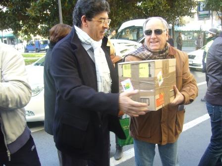 Diego Valderas y Luis Cruz con una de las cajas de la ayuda.