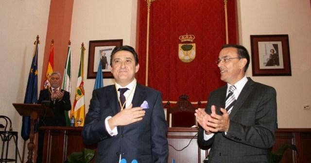 Mariano Peña tras recibir el galardón de manos de Ignacio Caraballo.