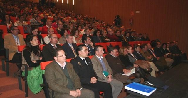 El Teatro España de La Palma ha estado repleto de representantes de hermandades rocieras.