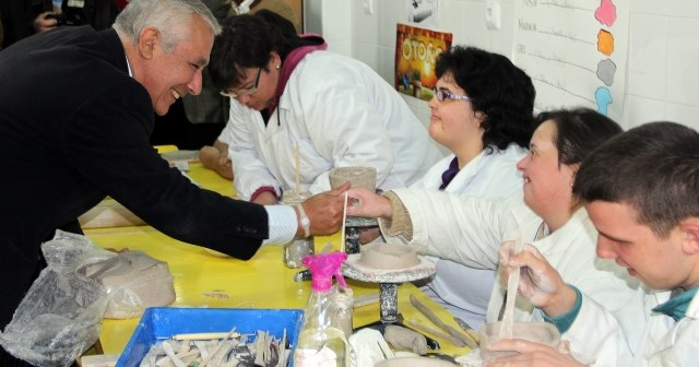 Javier Arenas, en la visita al centro de discapacitados en Isla Cristina.