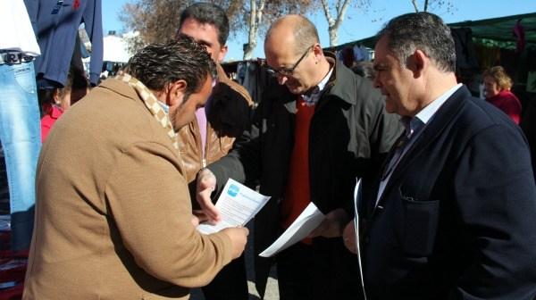 Juan Carlos Lagares, a la derecha, en el acto que ha protagonizado en Moguer junto a Juan José Volante y Álvaro Burgos.