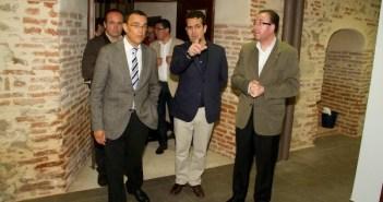 El presidente de la Diputación -izquierda- y el alcalde de Aracena -derecha-, durante la visita al nuevo hotel.