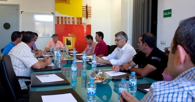 El presidente de la Comunidad de Regantes El Fresno, Ángel Gorostidi; junto a otros representantes de los agricultores de la zona.