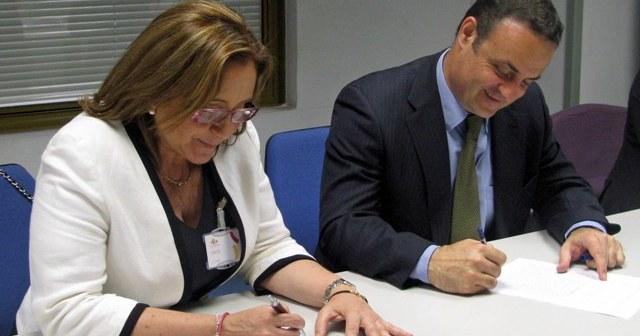 La alcaldesa y el director del ICO firman el documento.