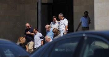 El alcalde de Huelva, Pedro Rodríguez, y otros representantes políticos tras finalizar el funeral. (Celia HK)