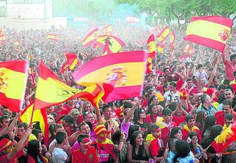 Aficionados de la Selección Española en la Fan Zone de la Avenida de Andalucía.