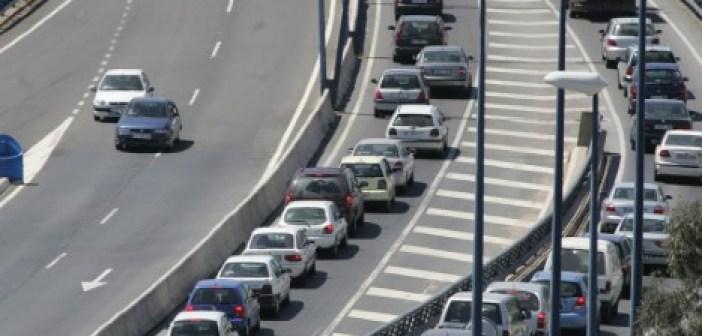 Atasco tras un accidente en el puente del Odiel. (Julián Pérez)