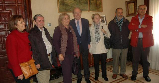 El alcalde con miembros de la asociación de mayores en Huelva.