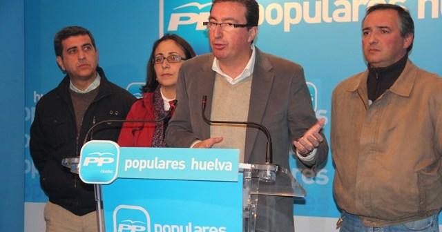 Manuel Andrés González ha estado acompañado de responsables del PP en la Cuenca Minera.