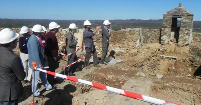 Visita a las obras del Castillo del delegado del Gobierno andaluz en Huelva.