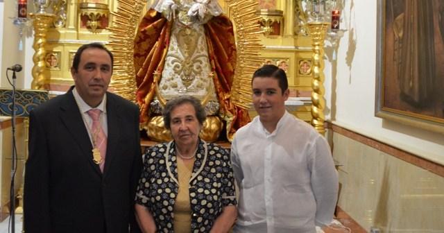 Joaquín Luis Domínguez junto a su madres y su hijo mayor.