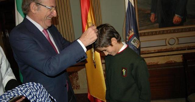 El alcalde entrega la medalla como alcalde infantil a Emilio Sanz.
