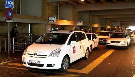 Taxis en los accesos del aeropuerto de Sevilla.