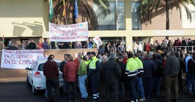 Trabajadores de Giahsa en una concentración de protesta ante la sede de la empresa. (José Miguel Espínola)