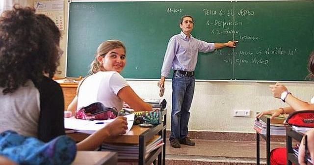 Un profesor dando clases en un instituto.