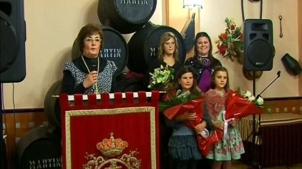 En la foto aparecen las reinas entrantes y salientes junto a la presidenta de la hermandad, Dolores Rodríguez Alanís.