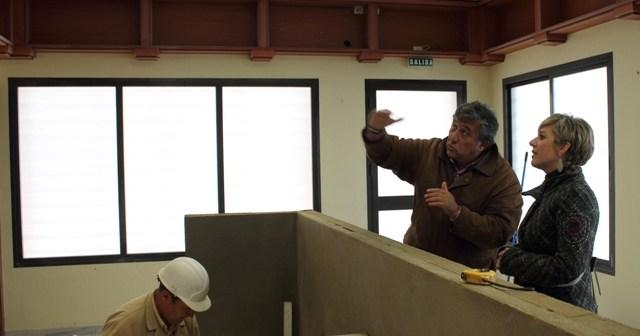Visita de los responsables municipales a las obras de la Oficina de Turismo de Bollullos.