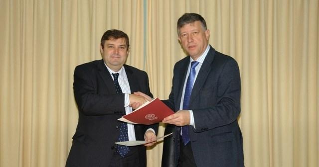 El rector y el alcalde de Palos en la firma del convenio.