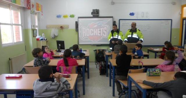 La Policía Local se dirige a escolares para explicarles los peligros de los famosos 'petardos'.