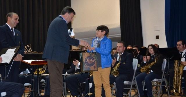El alcalde entrega el premio al ganador del certamen de Christmas en Palos.