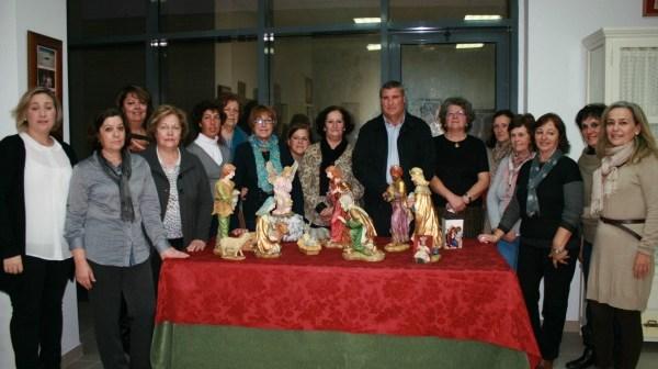 Foto de familia del alcalde de Cartaya con las amas de casa.
