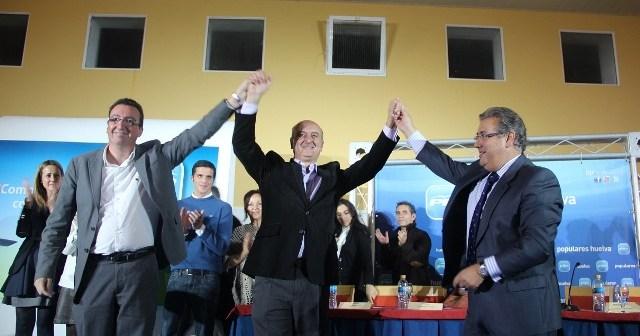 El nuevo presidente del PP de Lepe, en el centro, arropado por González y Zoido.