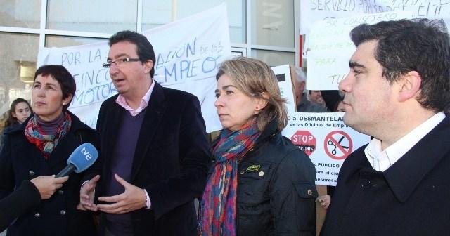 Manuel Andrés González atiende a los medios de comunicación en Aracena ante las puertas del SAE.