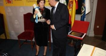Pilar Pulgar recibe el galardón de manos de Enrique Pérez Viguera.