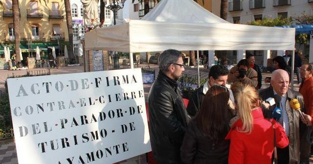 Recogida de firmas contra el cierre del parador de Ayamonte.