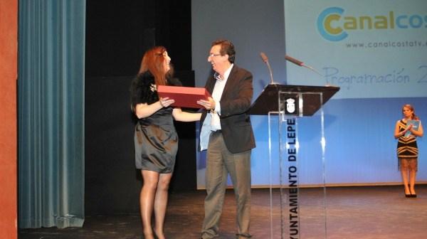 La directora recibe el reconocimiento del Ayuntamiento de Lepe.