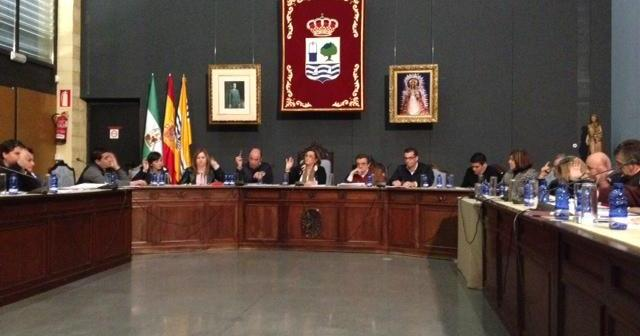 Los ediles votan una de las mociones del Pleno celebrado en Isla Cristina.