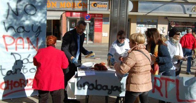Reparto de pan y chorizo en Huelva por parte de los trabajadores de la Residencia de Tiempo Libre en Punta.
