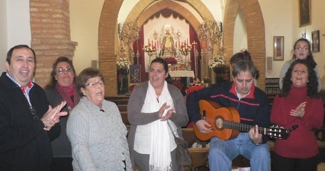Miembros de la hermandad cantando villancicos.