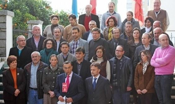 Foto de familia de Caraballo y Fiscal con los alcaldes de municipios donde se aplicará el plan.