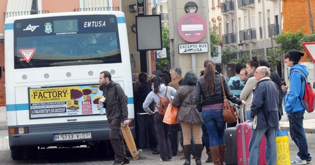 La huelga de Emtusa está provocando largas esperas en las paradas de autobús. (José Miguel Espínola)