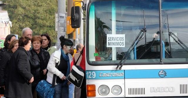 Uno de los autobuses de los servicios mínimos. (José Miguel Espínola)