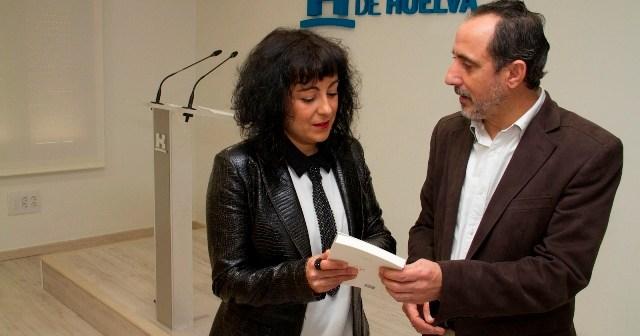 Presentación de la reedición del libro, en la que han estado la diputada de Cultura y el alcalde de Nerva.