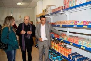 El presidente de la Diputación, Ignacio Caraballo, en el economato Resurgir acompañado por