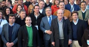 Zoido con dirigentes provinciales del PP en la convención de Aracena. (Julián Pérez)