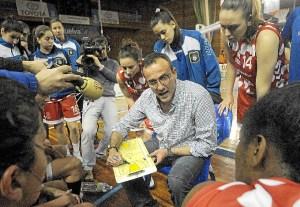 Gabi Carrasco, en un tiempo muerto con las jugadoras del CB Conquero. (Espínola)