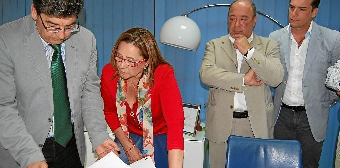 Valderas y la alcaldesa de Isla Cristina.