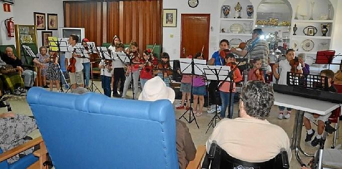 Concierto de los pequeños en la Residencia de Mayores de Ayamonte.