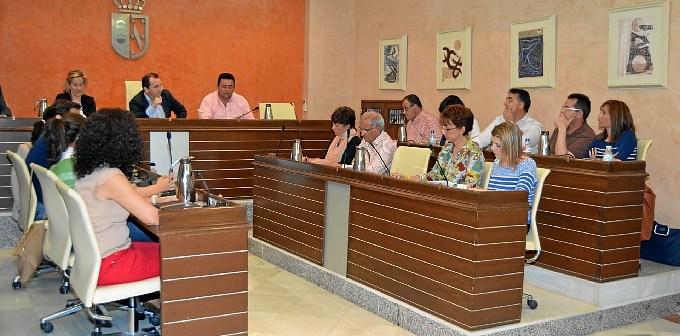 El alcalde se dirige al grupo socialista durante el pleno.