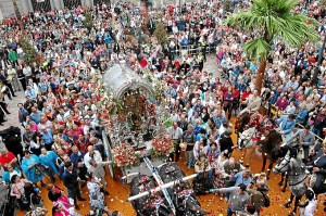 Multitudinaria despedida a Emigrantes en la puerta del Ayuntamiento de Huelva.